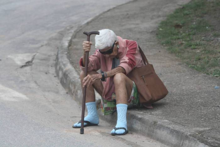 Idosos de baixa renda correm risco de não receber ajuda emergencial