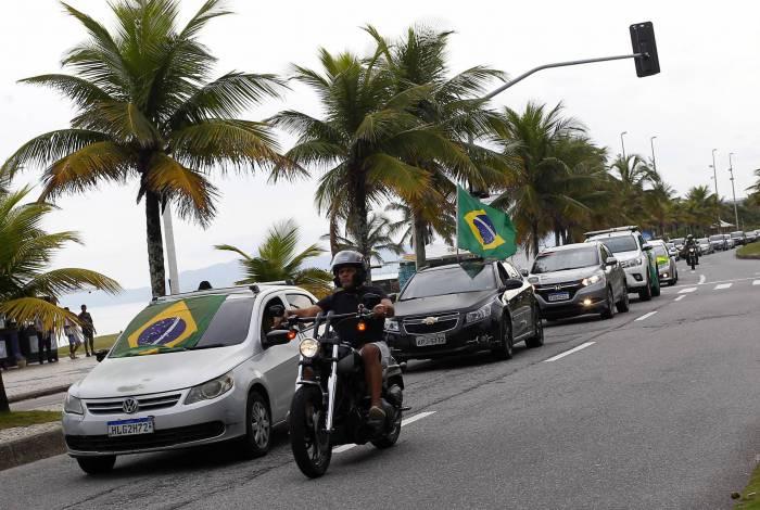 Motoristas fazem carreata  em protesto. Eles pedem o fim do isolamento social