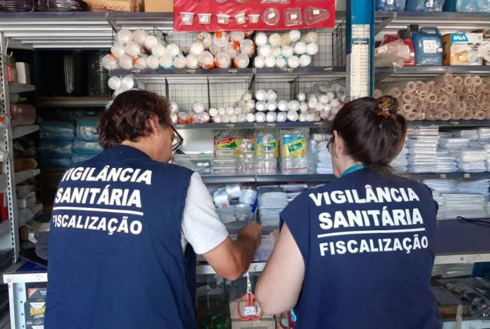 Agentes da Vigilância Sanitária fazendo fiscalização