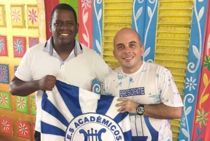 André Rodrigues (à esq.) ao lado do presidente da escola, Hugo Junior