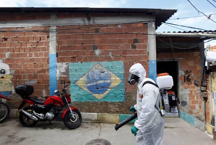 Rio de Janeiro 18/04/2020 - Higienizacao dos becos e vielas da comunidade do Babilonia. Foto: Luciano Belford/Agencia O Dia