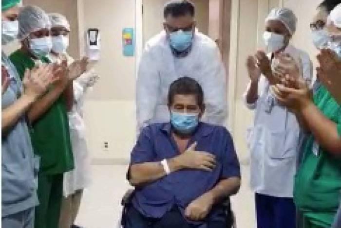 Édison Regio de Moraes Souza, de 65 anos, recebeu alta hospitalar neste sábado após mais de um mês internado com o diagnóstico de coronavírus