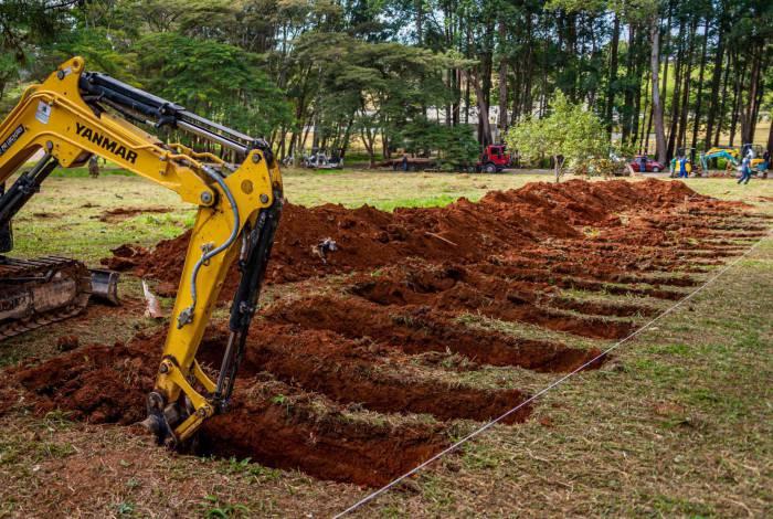 Novas covas são abertas por máquinas no cemitério da Vila Formosa na Zona Leste de São Paulo