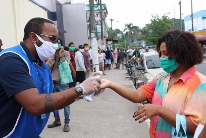 Fundec entrega primeira remessa de máscaras para pessoas em filas de banco