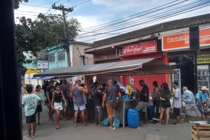 Feira Livre na Posse, em Nova Iguaçu, lotada e com pessoas sem máscara