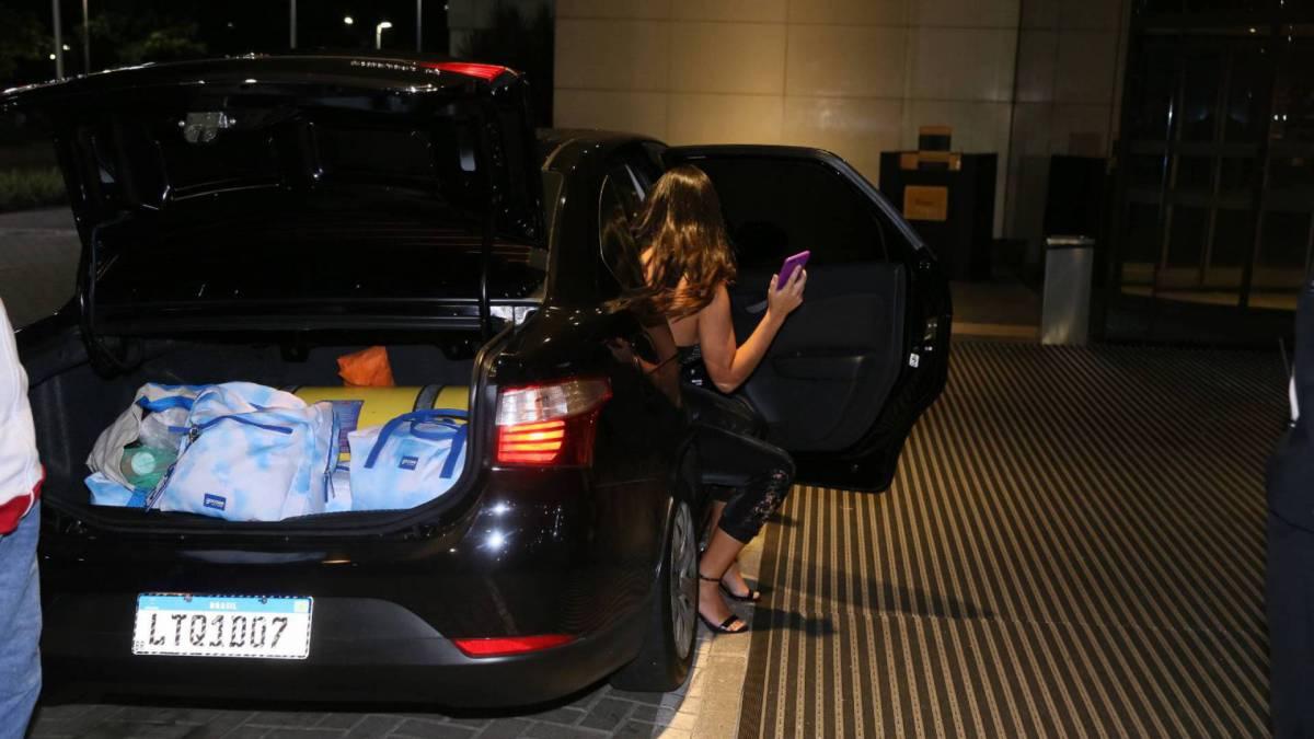 Ivy é recebida por fãs e pelo ex-marido na porta do hotel após ser eliminada do 'BBB 20'