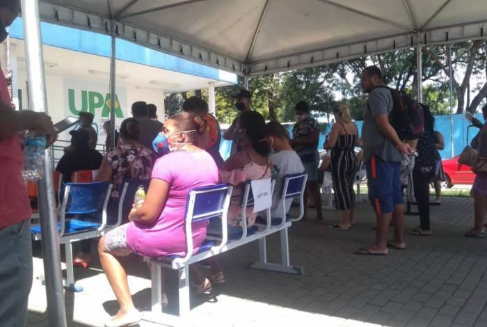 Sem manter distância mínima de 1,5 metro, pacientes aguardam atendimento em UPA em Caxias