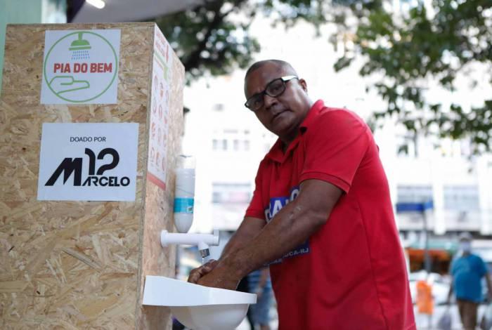 O chaveiro Geraldo Souza usa pia na Tijuca e ajuda com produtos