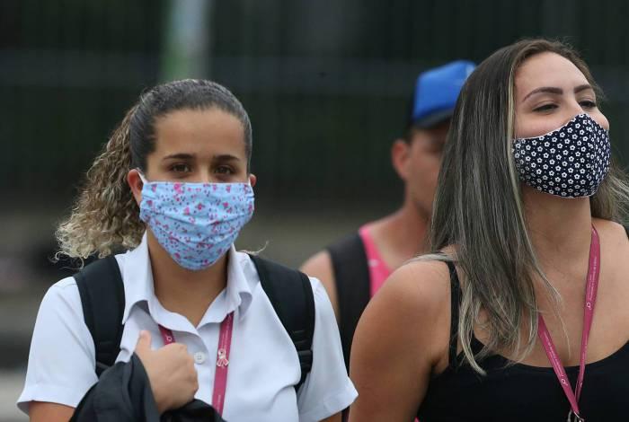 Rio - COVID 19 - CORONAVÍRUS - Movimentação de pessoas usando mascara na Av. Presidente Vargas, no Centro do Rio. Em época de quarentena, muitas pessoas pelas ruas. Foto: Daniel Castelo Branco / Agencia O Dia - - -