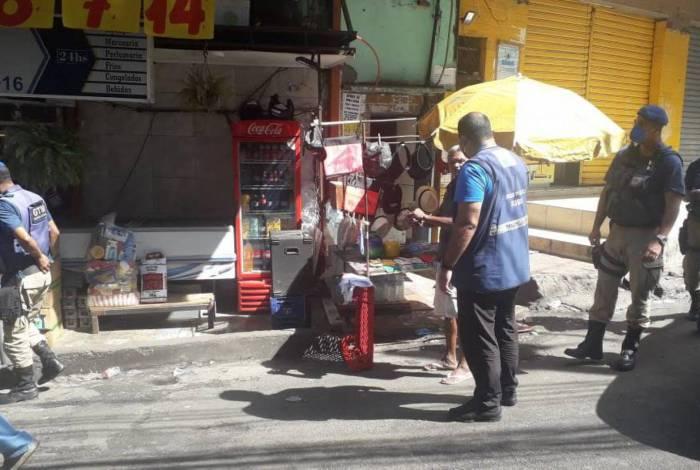 Os fiscais retiraram ambulantes fecharam lojas na comunidade