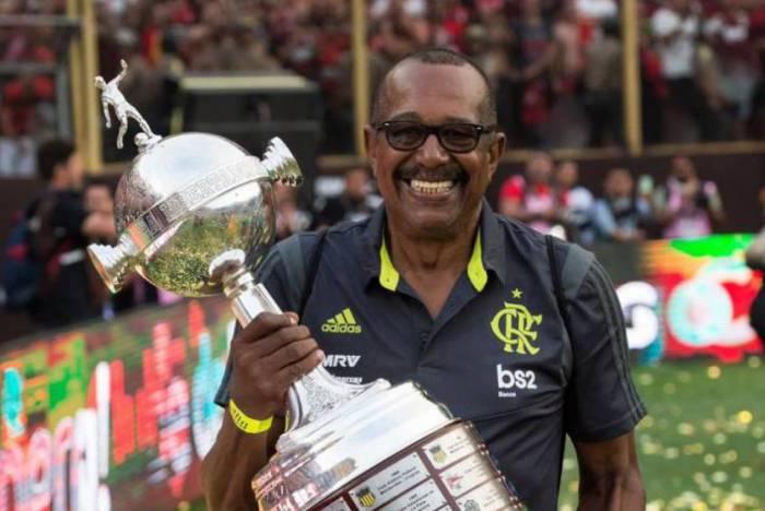 Jorginho, massagista do Flamengo, comemora a conquista da Libertadores