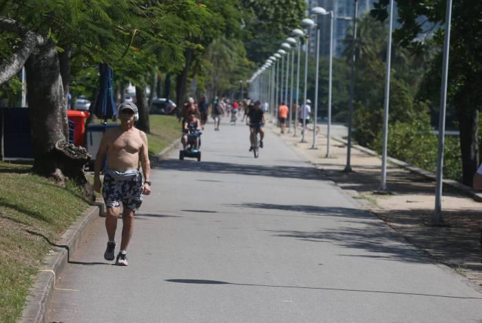 Lagoa Rodrigo de Freitas, na Zona Sul do Rio, tem movimentação neste feriado de terça-feira, em meio à pandemia do novo coronavírus