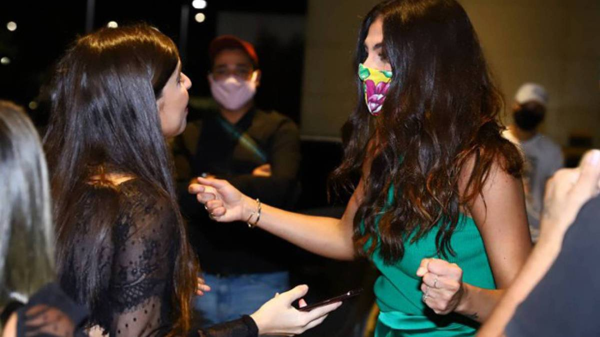 Mari Gonzalez é recepcionada por fãs