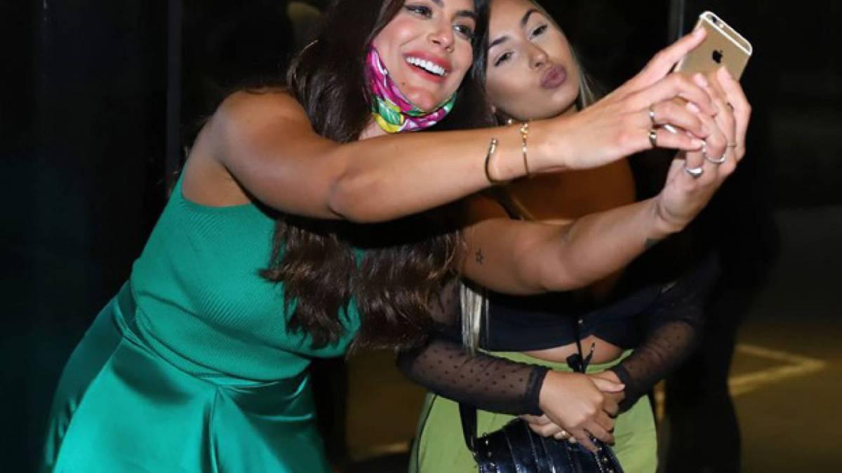 Mari Gonzales é recebida por fãs
