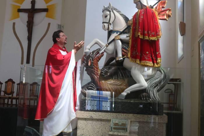 Rio,22/04/2020 -COVID-19 -CORONAVIRUS, QUINTINO, Paroquia de Sao Jorge. Na foto. Padre Dirceu Rigo.Foto: Cleber Mendes/Agência O Dia