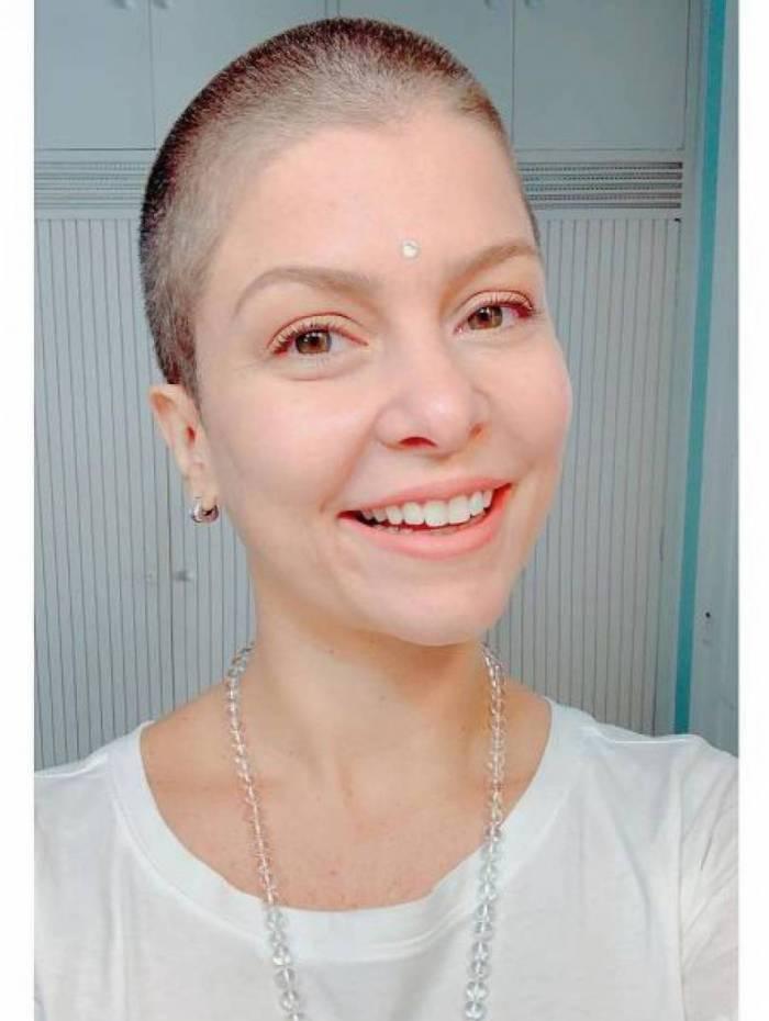 Bárbara Borges raspa a cabeça durante o isolamento social