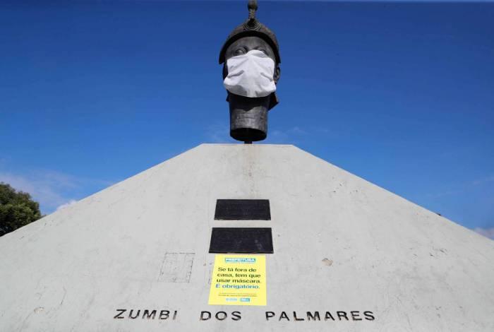 Rio, 23/04/2020  - COVID 19 - CORONAVIRUS - Estatuas em diversos pontos da cidade com mascara no rosto, na foto Zumbi dos Palmares, coronavirusrio. Foto: Gilvan de Souza /Agencia O Dia