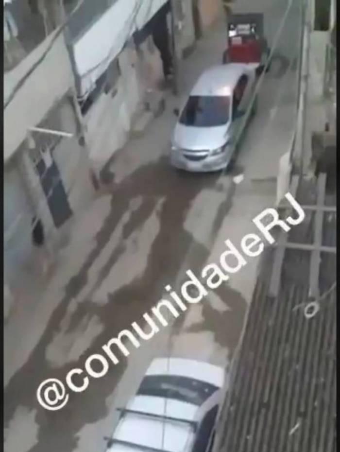 Carro de som do tráfico avisa toque de recolher na favela de Acari