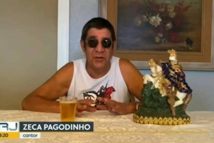 Zeca Pagodinho aparece com copo de cerveja ao vivo de manhã cedo