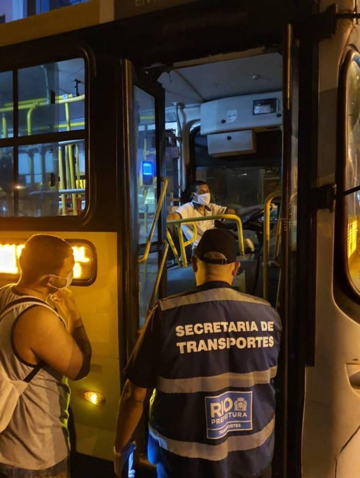 Ação educativa com motoristas de ônibus sobre uso de máscara