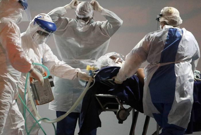 Médicos e enfermeiros receberam o primeiro paciente com covid-19 no Hospital de Campanha Lagoa-Barra, no sábado à noite