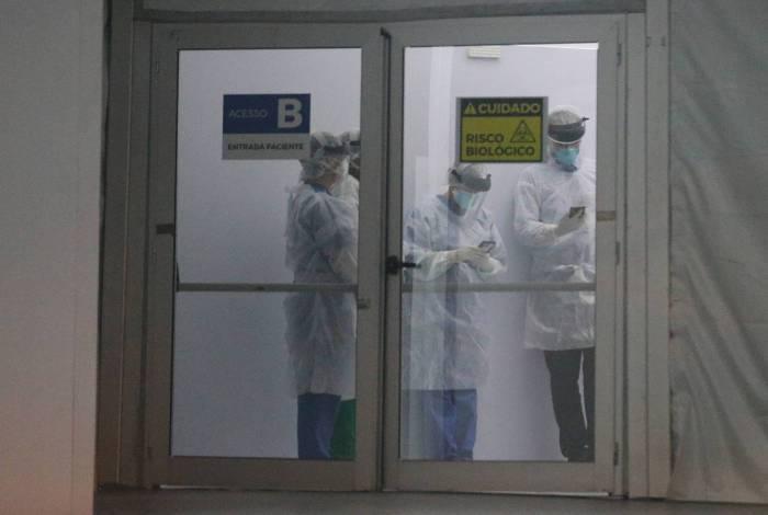 Rio - 25/04/2020 - COVID 19 - CORONAVÍRUS - Médicos e enfermeiros recebem primeiro paciente com Covid-19 no Hospital de Campanha Lagoa Barra no Leblon. Foto: Daniel Castelo Branco / Agencia O Dia