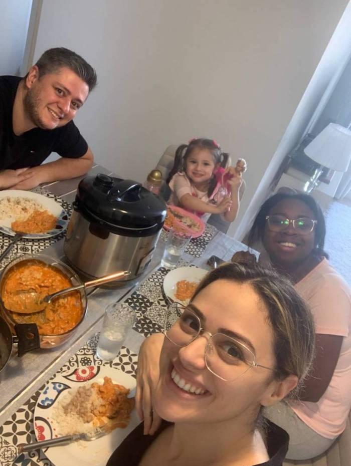 Bárbara Amorim, o marido Marcio, a filha Luísa e a ajudante Karol