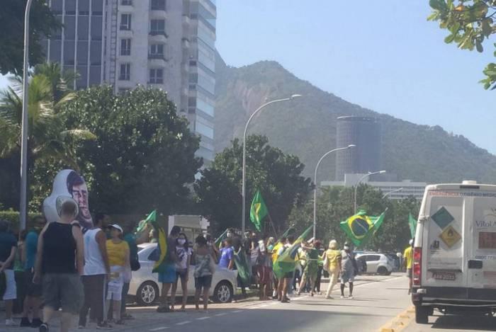 Ato foi em frente ao prédio de Rodrigo Maia, que estava em Brasília
