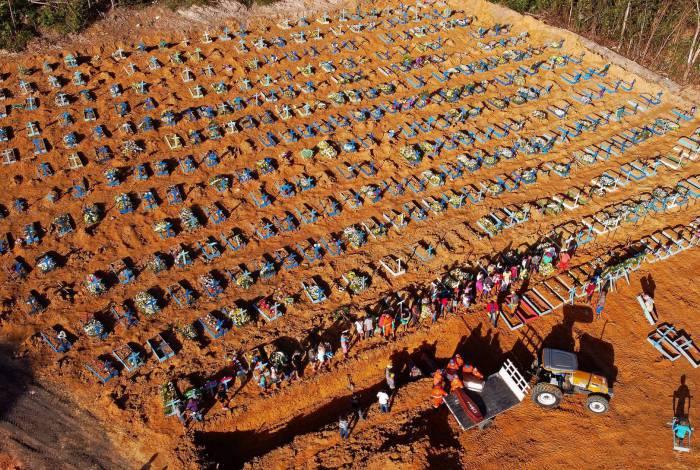 Centenas de covas são abertas diariamente em Manaus