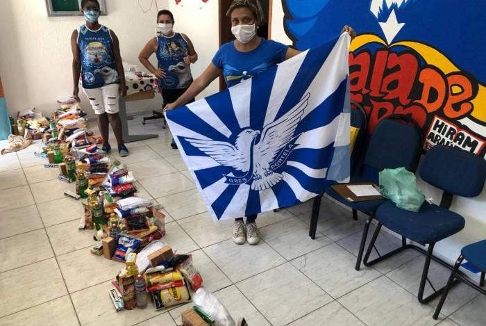 Portela iniciou, no sábado, a distribuição de cestas básicas e máscaras de tecido para moradores de Oswaldo Cruz e Madureira previamente cadastrados pelo Departamento de Cidadania da escola