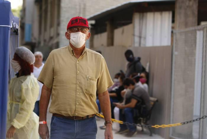 Pessoas usam máscaras para se proteger do coronavírus no Hospital Universitário Pedro Ernesto, no Rio de Janeiro