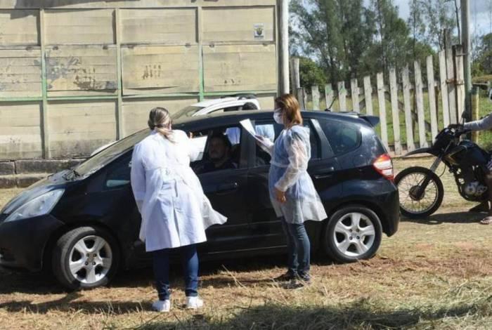 No atendimento, os veículos são parados e os motoristas e passageiros passam por uma avaliação da equipe da Saúde para que nenhuma pessoa ingresse em Rio das Ostras com sintomas de síndrome gripal ou Covid-19