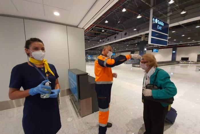 Aeroporto Internacional Hercílio Luz, em Florianópolis, checa temperatura corporal de passageiros na área de desembarque