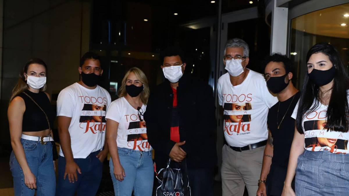 Babu posa com a família de Rafa no hotel
