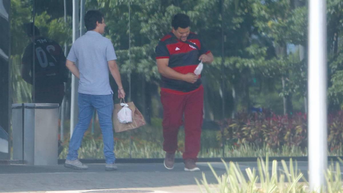 Babu deixa hotel com a namorada, Tatiane Melo