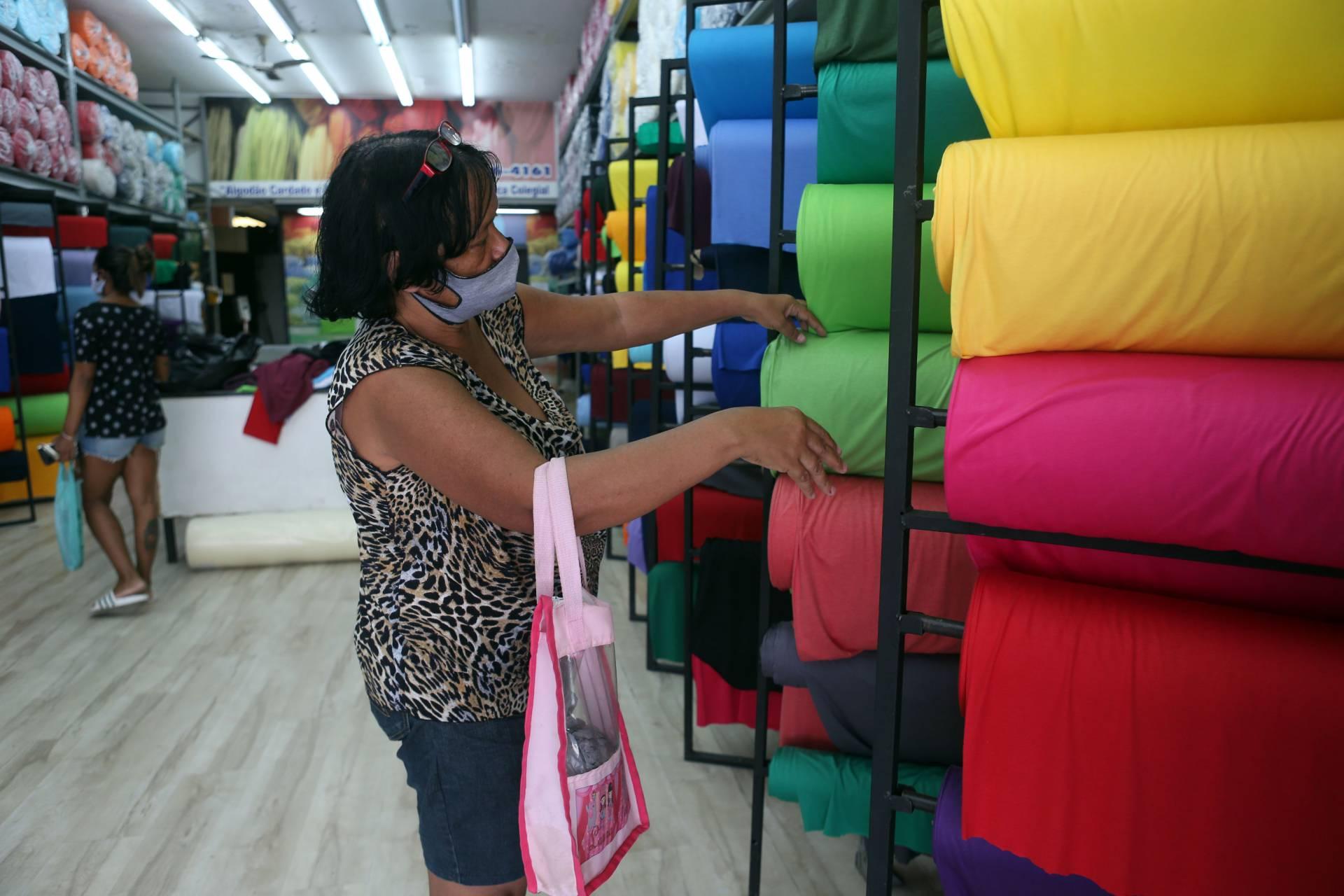 Rio, 29/04/2020 - As lojas de armarinho e tecidos são um dos poucos segmentos que ainda podem funcionar. Foto: Cleber Mendes/Agência O Dia