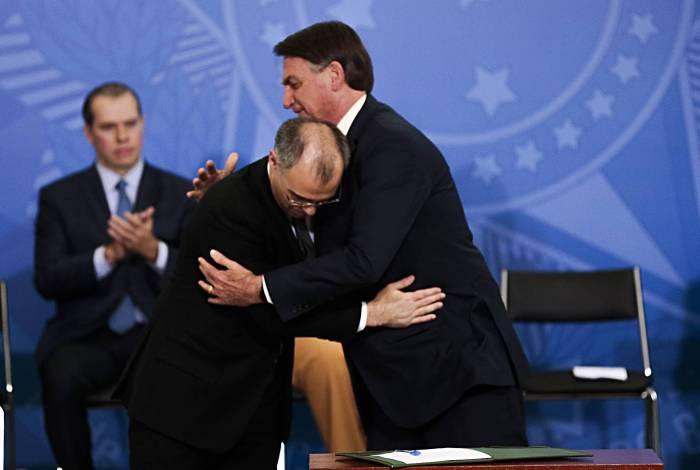 O novo ministro da Justiça e Segurança Pública, André  Mendonça e o presidente da República, Jair Bolsonaro, durante a solenidade de posse no Palácio do Planalto.
