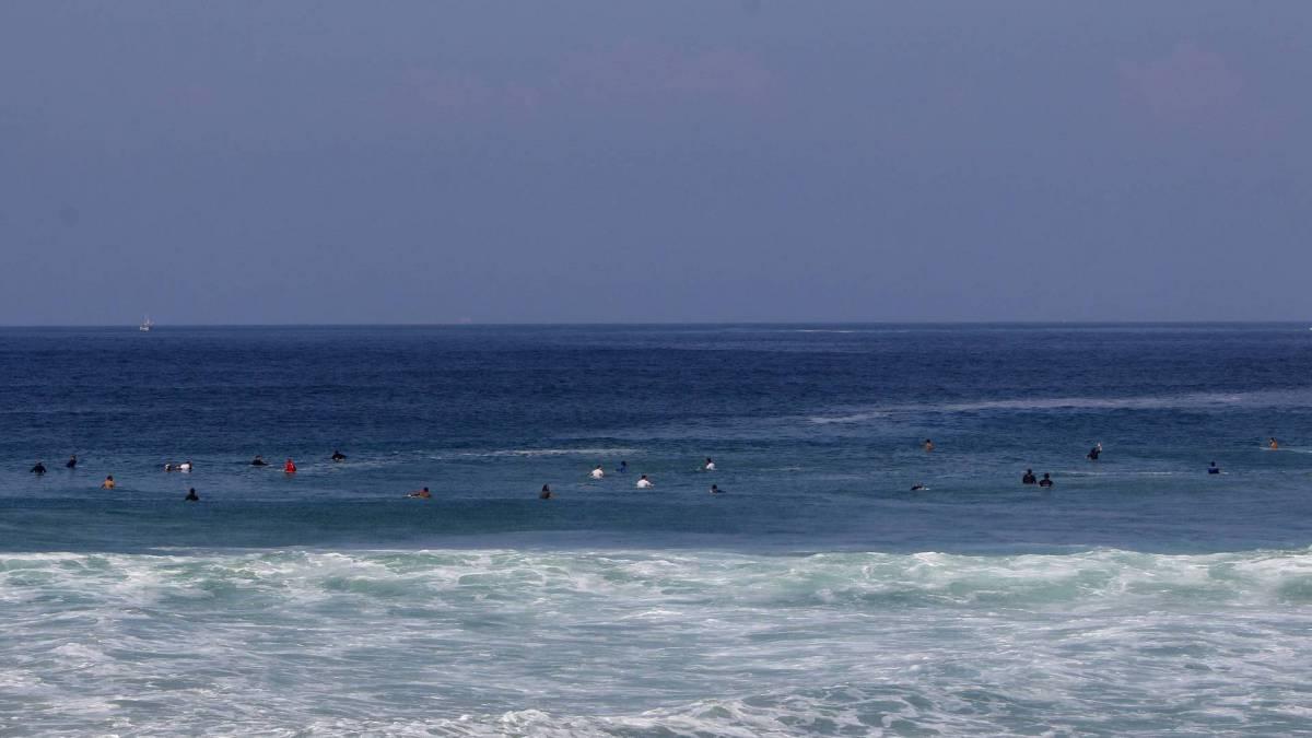 Movimentação de surfistas na Prainha