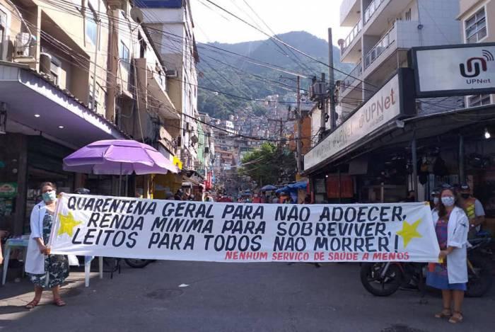 Na Rocinha, integrantes do coletivo 'Nenhum Serviço de Saúde a Menos' estenderam faixas
