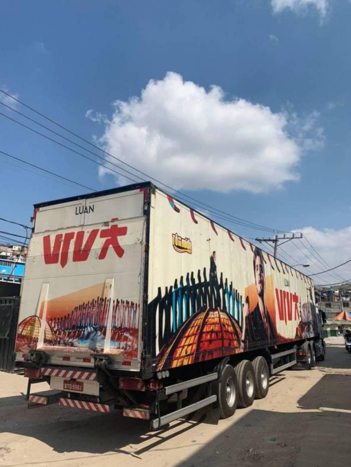 Caminhão do Luan Santana leva 28 toneladas de alimentos ao Complexo da Penha