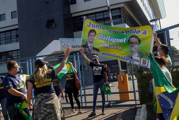 Militantes a favor de Moro e de Bolsonaro voltaram à porta da PF, onde Lula  ficou preso