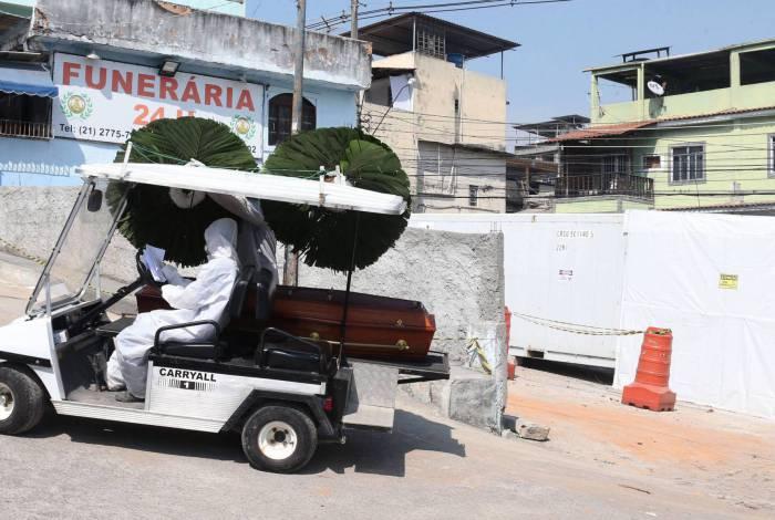 Funerária instala frigorífico no cemitério Tanque do Anil. Na foto, caixão é levado para enterro