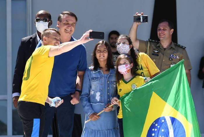 Bolsonaro faz selfie com apoiadores e a filha Laura contrariando recomendações