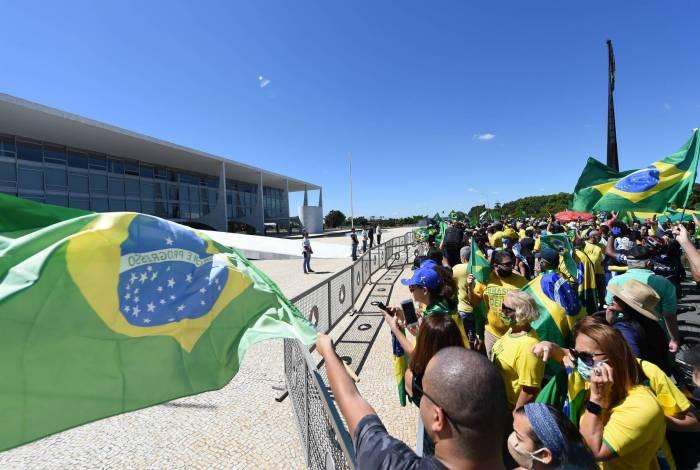Centenas de pessoas se aglomeraram no Planalto em manifestação