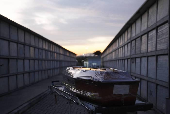 Rio de Janeiro 05/05/2020 - Covid-19 - Sepultamento de casos suspeitos de COVID 19 no Cemitério Público de Duque de Caxias. Foto: Luciano Belford/Agencia O Dia