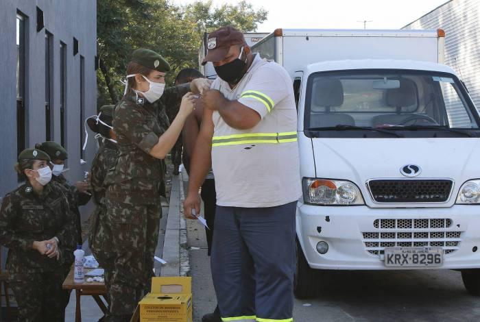 Rio de Janeiro - RJ  - 05/05/2020 - COVID 19 - Coronavirus no Rio -  Vacinaçao de caminhoneiros contra H1N1 influenza, no CEASA, Iraja, zona norte do Rio - Foto Reginaldo Pimenta / Agencia O Dia