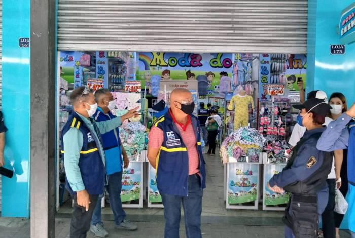 Duque de Caxias multa lojas que descumprem decreto municipal