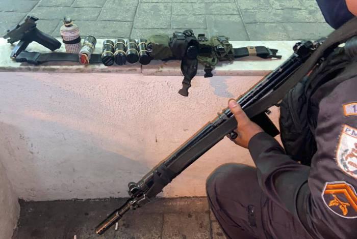 Pistola, munição e granadas são apreendidas por policiais militares do 14° BPM, na Vila Vintém, em Padre Miguel