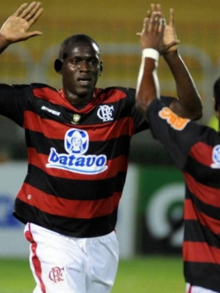 Cristian Borja - Outro atacante que a torcida do Flamengo prefere esquecer é o colombiano Cristian Borja. Contratado por empréstimo em 2010, o jogador somou apenas sete partidas na equipe e foi relegado ao time sub-23 do Fla, que rescindiu a cessão do atleta meses depois. Também atuou por Internacional e Caxias.