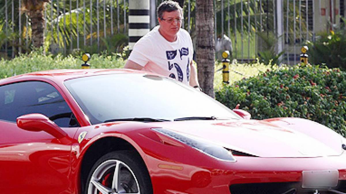 Boninho e um de seus carrões, uma Ferrari